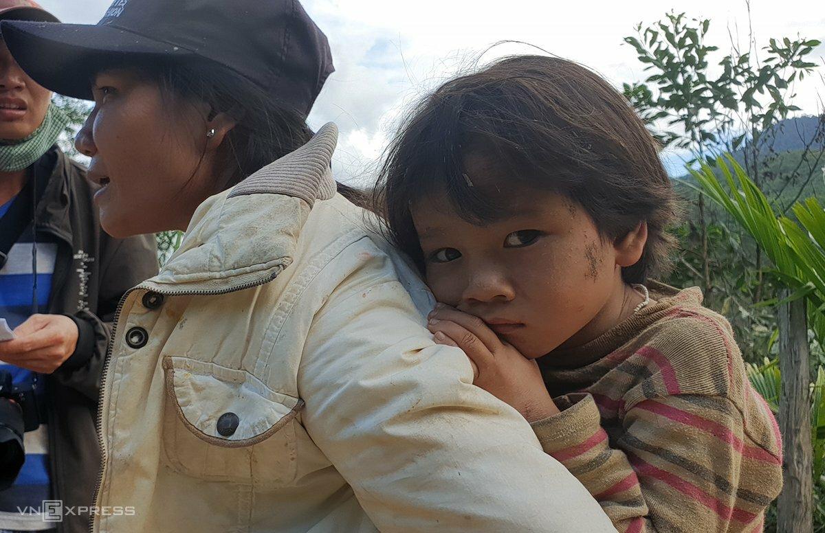 Chị Trần Thị Phi Yến cõng con đi bệnh viện. Ảnh: Đắc Thành