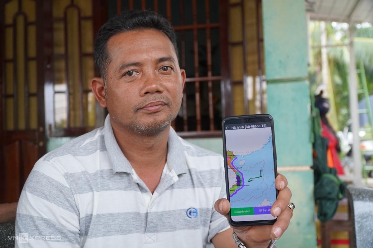 Chủ tàu Lê Vạn (Bình Định) còn lưu dữ liệu hành trình tàu anh Toàn quay lại tìm tàu gặp nạn của anh trên phần mềm VSS. Ảnh: Việt Quốc.