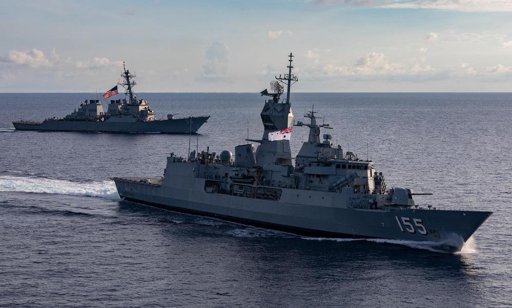 USS John S. McCain (trái) và HMAS Ballarat di chuyển trên Biển Đông hôm 27/10. Ảnh: US Navy.