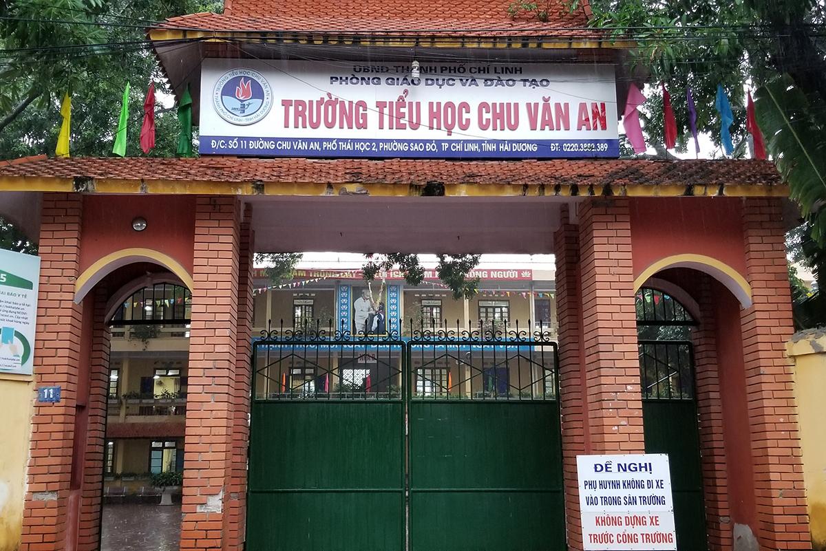 Ngay sau khi báo phản ánh, UBND thành phố Chí Linh (Hải Dương) đã chỉ đạo các phòng, ban chuyên môn vào cuộc, Ban giám hiệu trường tiểu học Chu Văn An đã họp toàn thể phụ huynh học sinh, thống nhất không thu thêm tiền thuế giá trị gia tăng đối với suất ăn bán trú. Ảnh: Giang Chinh