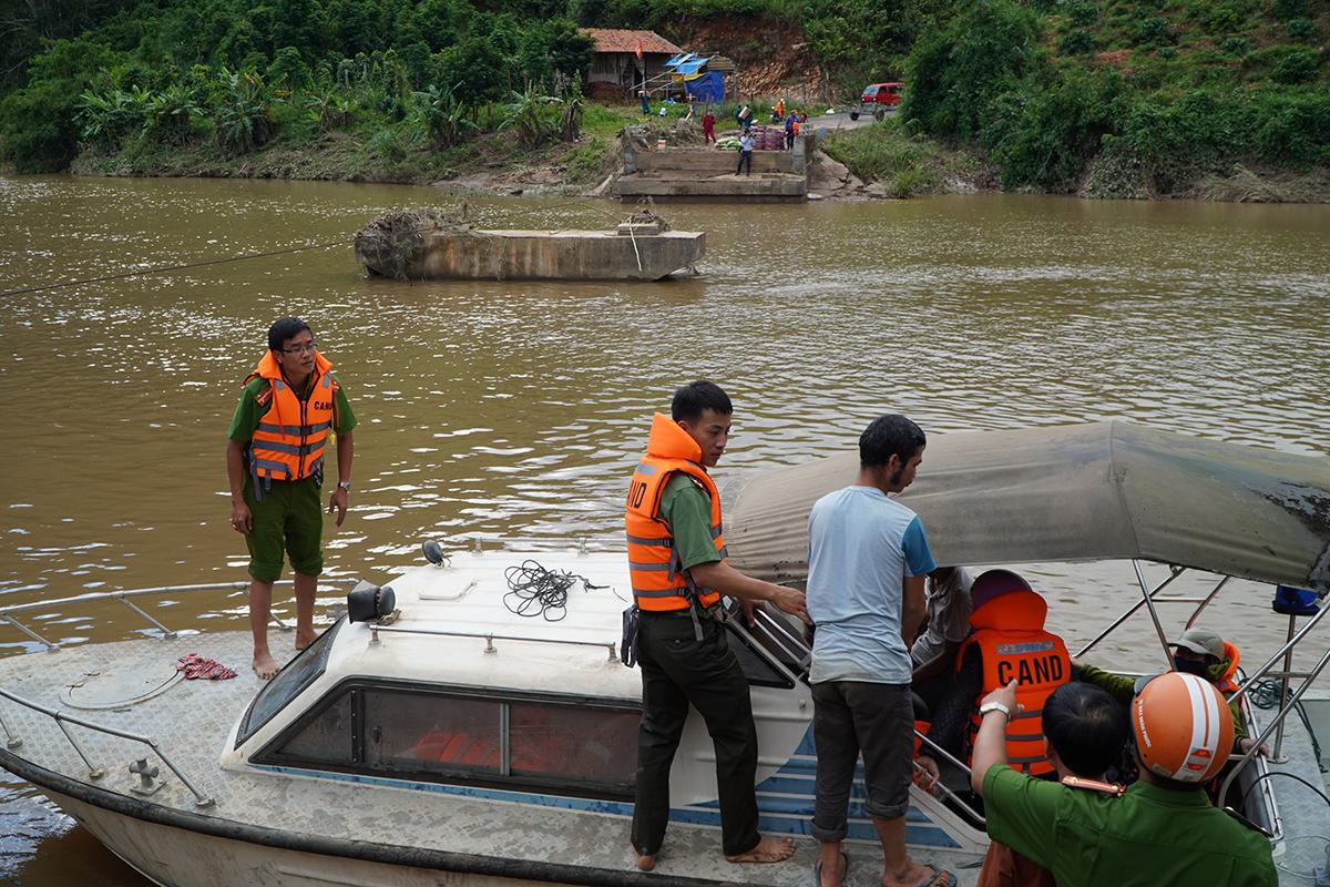 Cảnh sát đưa người vào ra khu dân cư bị cô lập, chiều 30/10. Ảnh: Trần Hoá.