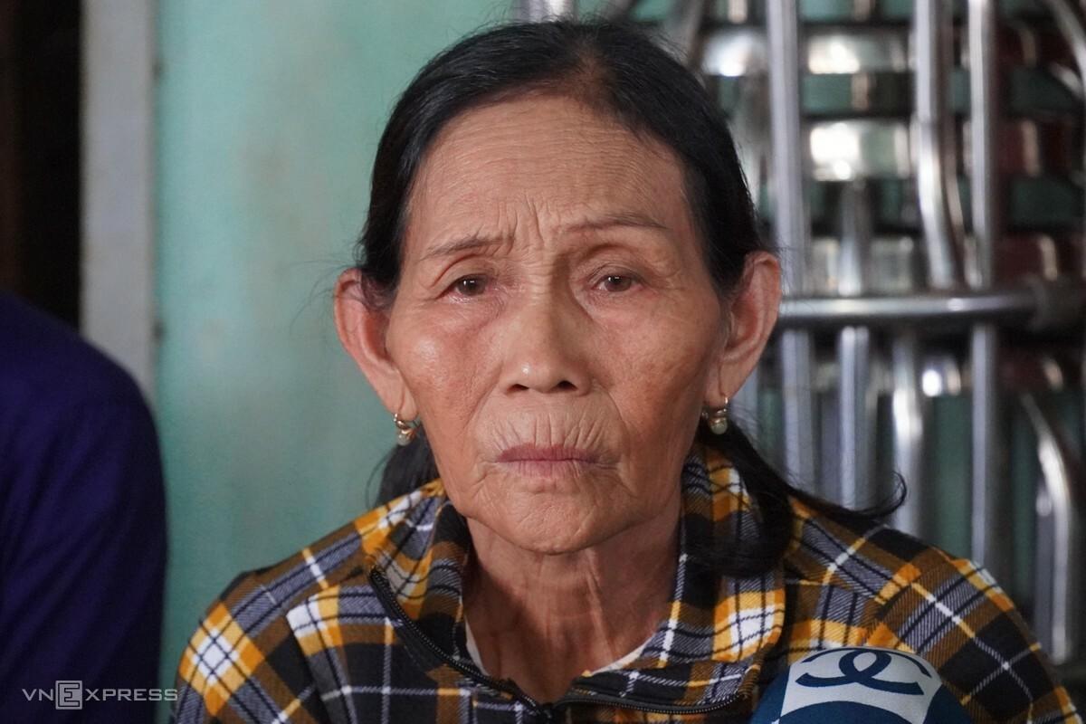 Bà Phan Thị Vốn, mẹ của hai thuyền viên Hiểu và Nghĩa mỏi mòn chờ tin con, chiều 29/10. Ảnh: Việt Quốc.