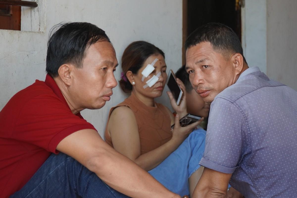 Người thân tập trung ở nhà thuyền trưởng Võ Ngọc Đô, xã Hoài Hải (Hoài Nhơn) chờ tin cứu nạn, bà Võ Thị Hà đang cầm điện thoại là người được Hoài gọi về báo tin, sáng 30/10. Ảnh: Việt Quốc.