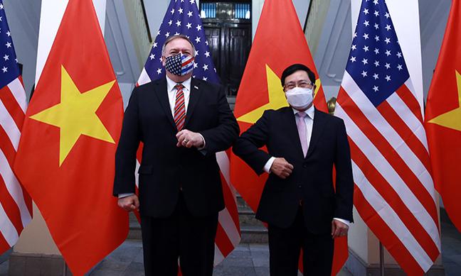 Phó Thủ tướng, Bộ trưởng Ngoại giao Phạm Bình Minh (phải) tiếp Ngoại trưởng Mỹ Mike Pompeo tại Hà Nội hôm nay. Ảnh: Bộ Ngoại giao.
