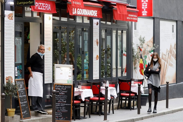 Một nhà hàng ở Paris ngày 29/10. Ảnh: Reuters.
