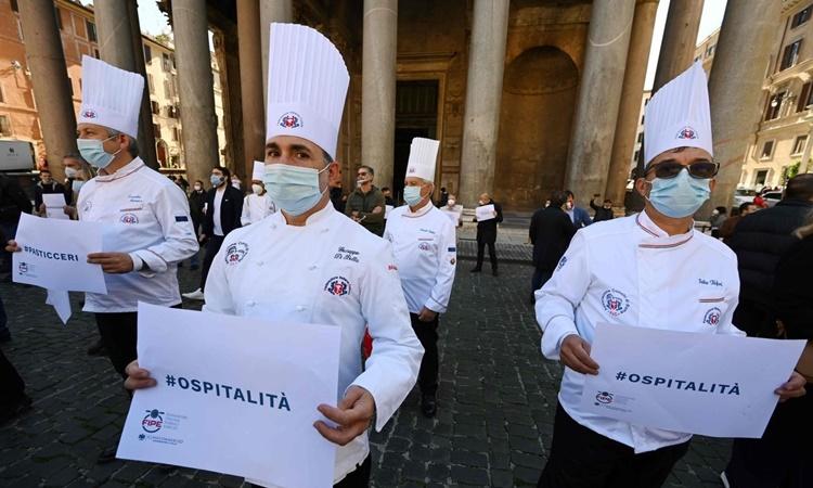 Các đầu bếp Italy biểu tình tại Quảng trường Pantheon ở Rome hôm 28/10 phản đối chính phủ thắt chặt các biện pháp hạn chế nhằm chống Covid-19. Ảnh: AFP.