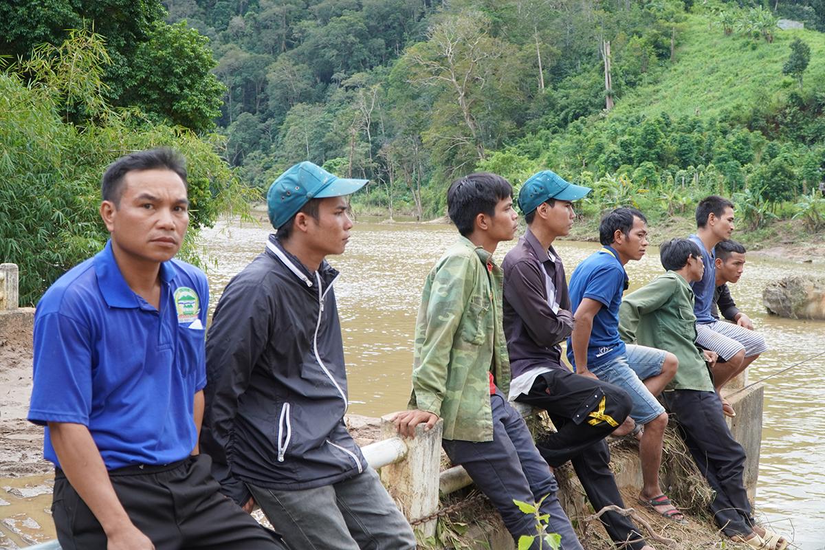 Người dân xã Đăk PNe ngồi đợi đến lượt sang sông. Ảnh: Trần Hoá.
