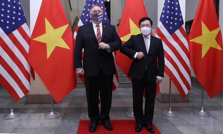 Phó Thủ tướng, Bộ trưởng Bộ Ngoại giao Phạm Bình Minh (phải) và Ngoại trưởng Mỹ Mike Pompeo tại lễ đón sáng nay. Ảnh: TTXVN.