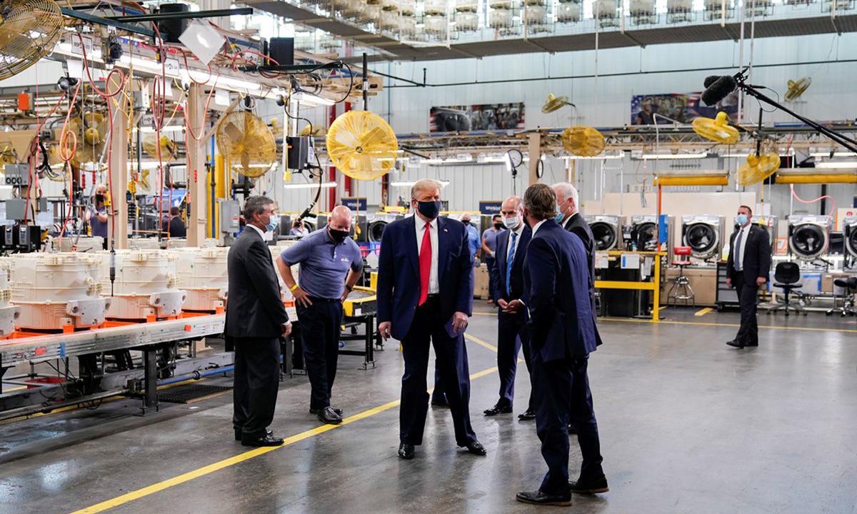 Tổng thống Trump (giữa) thăm nhà máy sản xuất máy giặt Whirlpool Corporation ở Clyde, bang Ohio hồi tháng 8. Ảnh: Reuters.