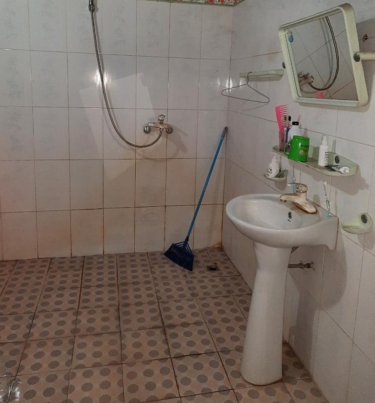 Phòng tắm gia đình sau nhiều năm sử dụng.