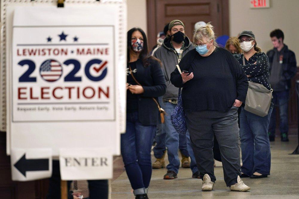 Cử tri xếp hàng chờ bỏ phiếu sớm ở Lewiston, bang Maine hôm 30/10. Ảnh: AP.