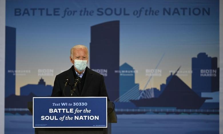 Biden phát biểu tại cuộc vận động ở sân bay quốc tế Milwaukee Mitchell, bang Wisconsin, hôm 30/10. Ảnh: AFP.