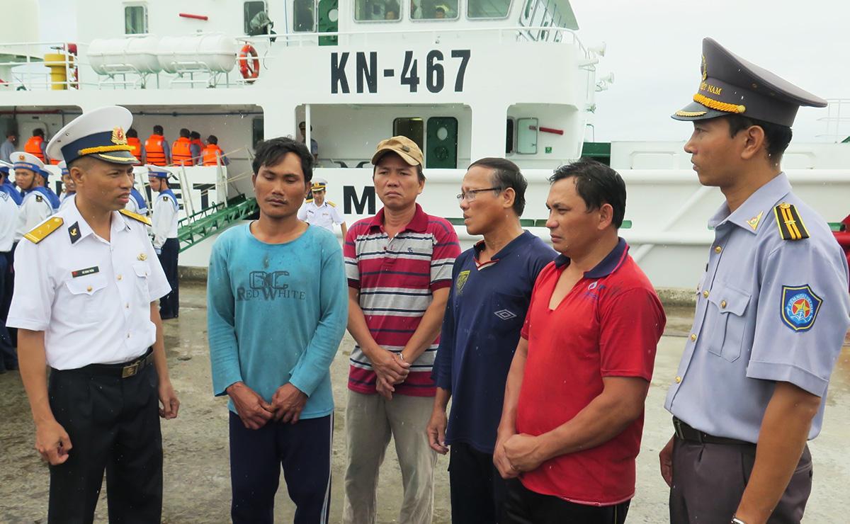 Các ngư dân được tàu kiểm ngư đưa vào cảng Ba Ngòi, Cam Ranh sáng 31/10. Ảnh: Xuân Ngọc.
