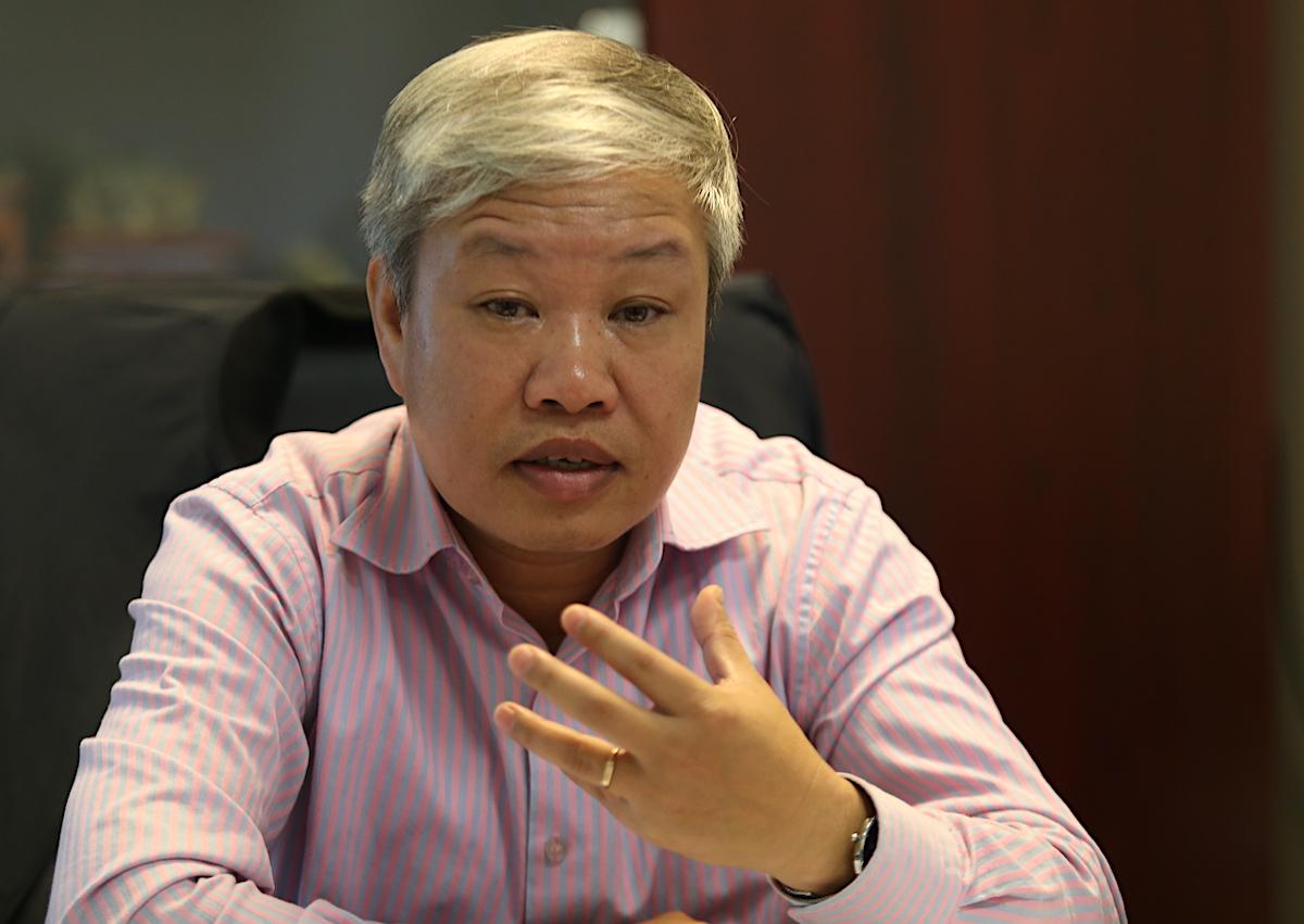TS Trịnh Xuân Hoà nói về hiện trạng sạt lở đất. Ảnh: Gia Chính
