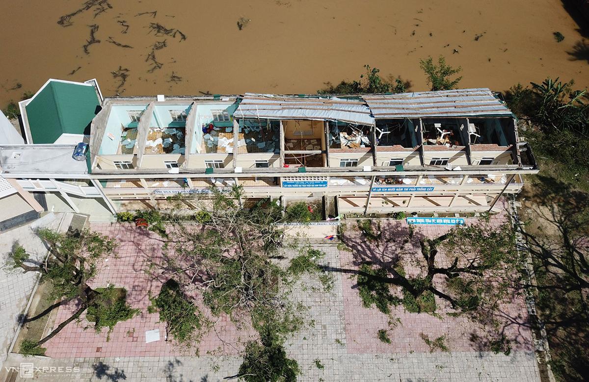 Trường Tiểu học Sông Vệ (Quảng Ngãi) bị tốc mái, bàn ghế, thiết bị hư hỏng nặng sau bão Molave. Ảnh: Quỳnh Trần.