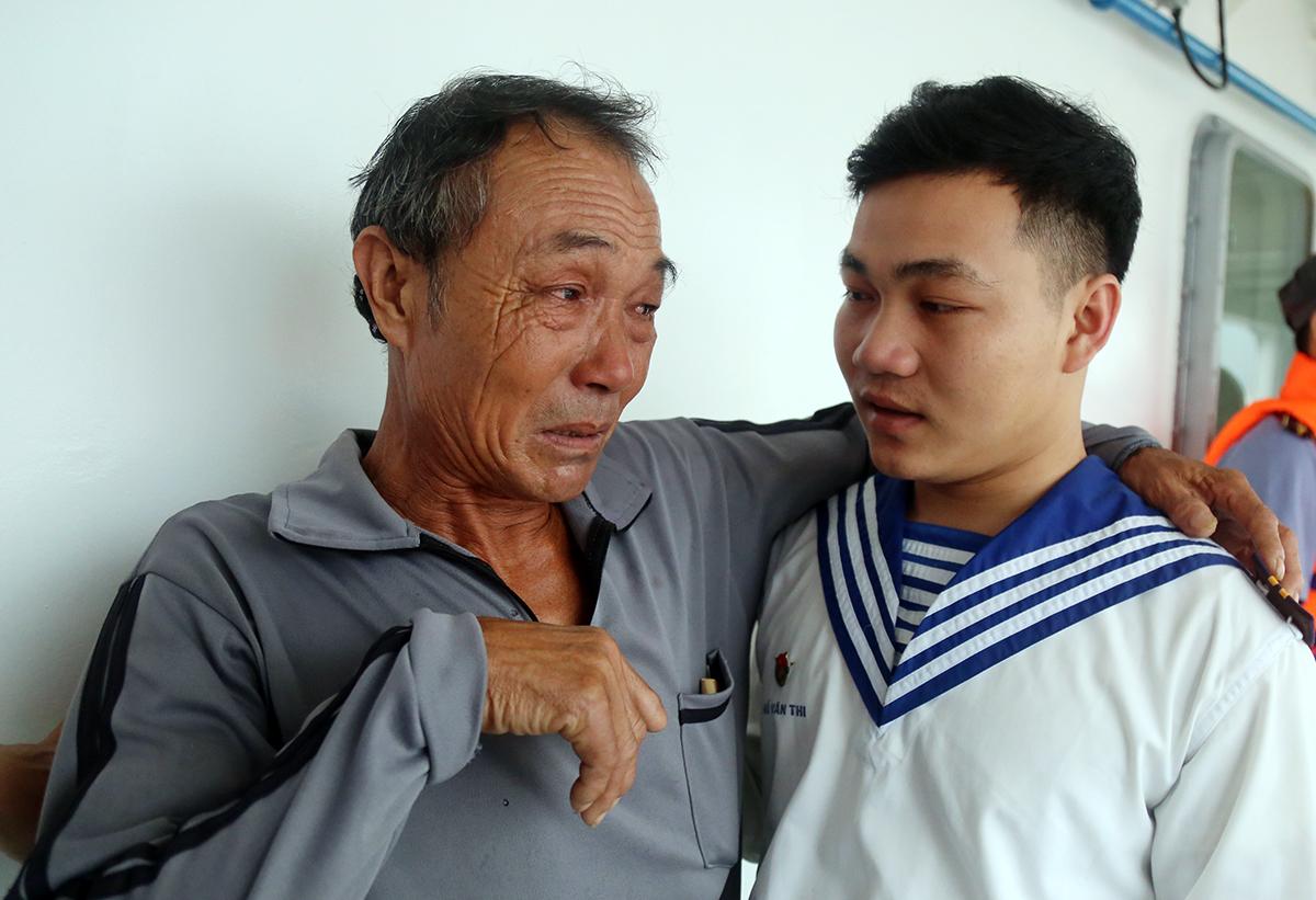 Ông Hồ Lồng gặp con trai đang công tác tại Vùng 4 Hải quân ở Cam Ranh khi được đưa về bờ, sáng 31/10. Ảnh: Xuân Ngọc.