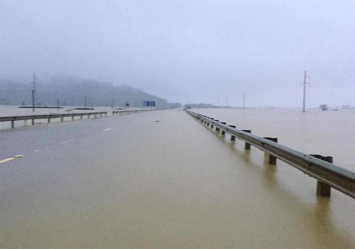 Quốc lộ 1A đoạn qua xã Xuân Lam, huyện Nghi Xuân ngập sâu 0,5 đến gần 1 m, sáng 31/10. Ảnh: Hùng Lê