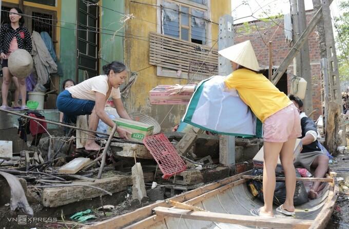 Người dân miền Trung đang gượng dậy sau bão lũ. (Đức Hùng)