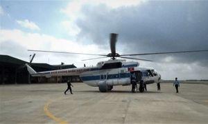 Trực thăng chuyển hàng cứu trợ cho người dân bị cô lập