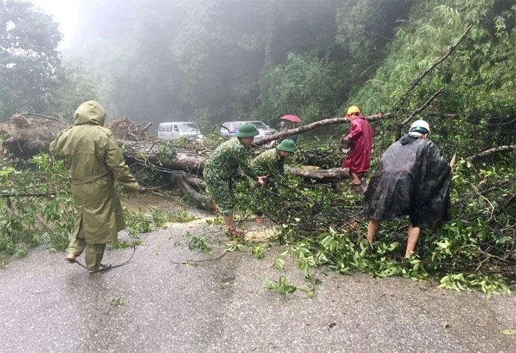Lực lượng chức năng khắc phục điểm sạt lở trên quốc lộ 8A đoạn qua huyện Hương Sơn,, ngày 31/10. Ảnh: Hùng Lê