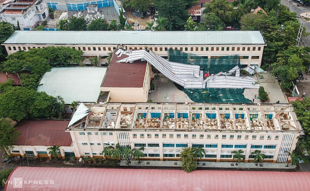 Dãy phòng học trường THPT Bình Phú bị tốc mái. Ảnh: Quỳnh Trần.