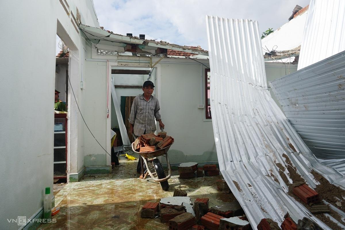 Nhà ông Đô bị sập hoàn toàn sáng 28/10 khi bão Molave đổ bộ. Ảnh: Phạm Linh.