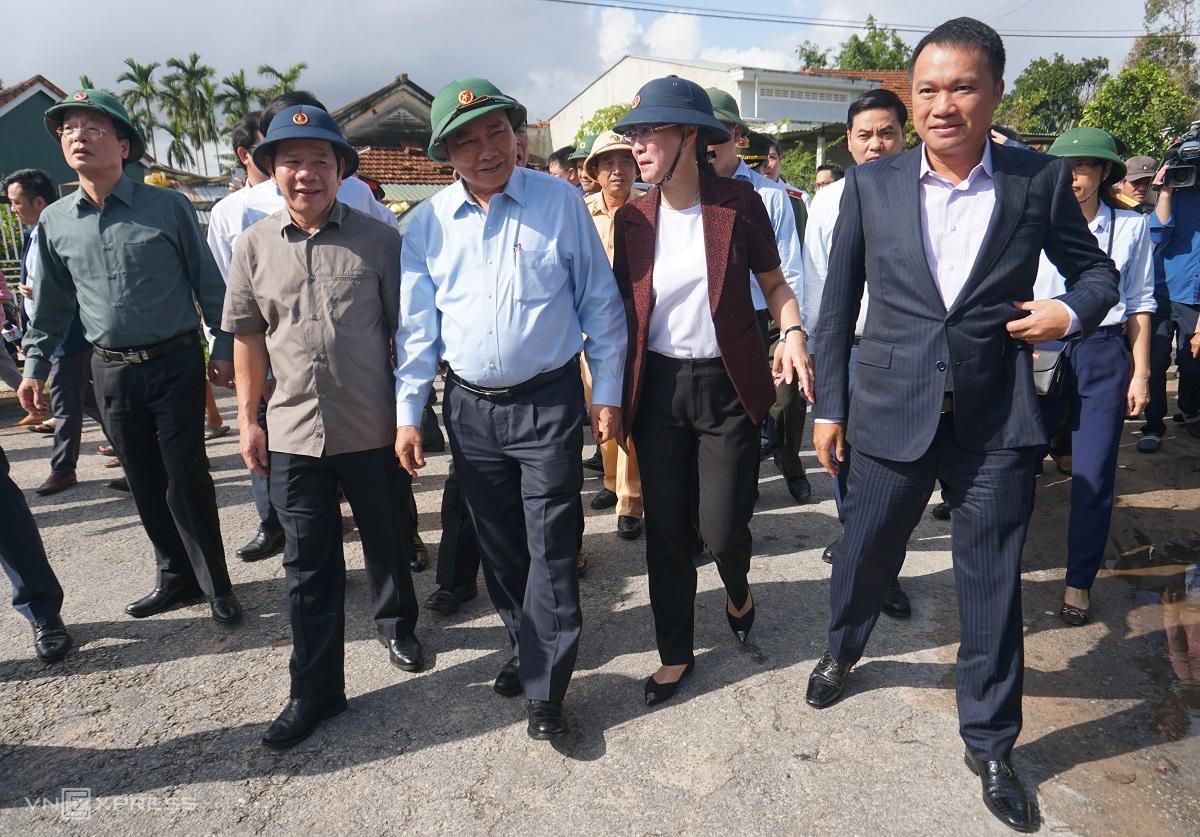 Thủ tướng Nguyễn Xuân Phúc và ông Đặng Văn Minh (trái), Chủ tịch UBND tỉnh; bà Bùi Thị Quỳnh Vân, Bí thư Tỉnh ủy thị sát lũ lụt. Ảnh: Phạm Linh.