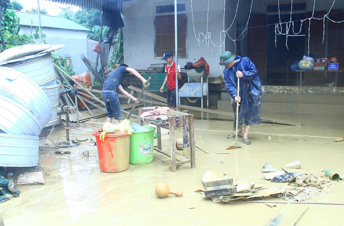 Người dân huyện Thanh Chương dọn dẹp khi lũ rút khỏi nhà. Ảnh: Hải Bình.