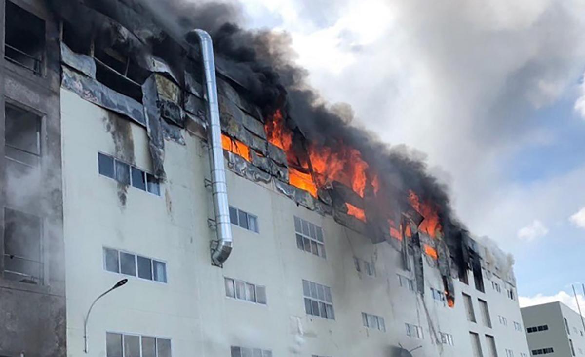 Ngọn lửa bốc lên từ tầng bốn của tòa nhà. Ảnh: Thái Hà