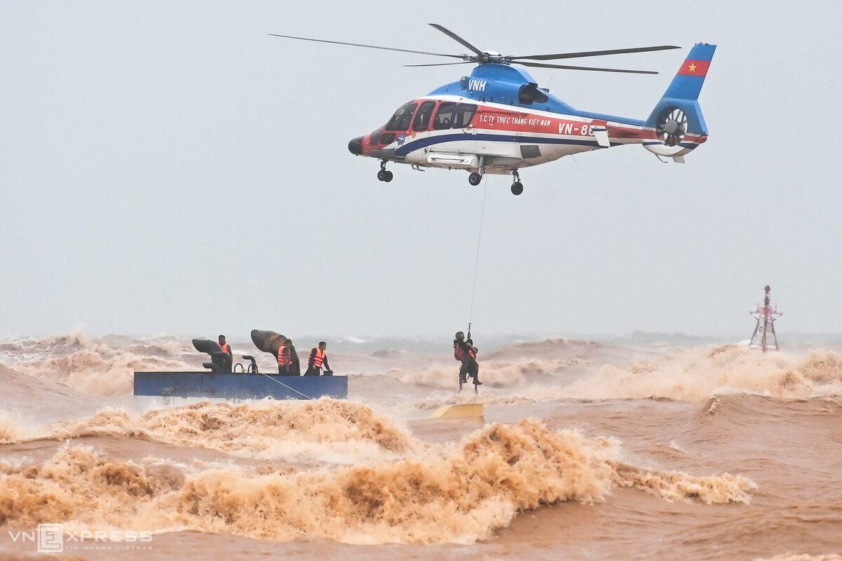 Trực thăng cứu người trên tàu Vietship mắc cạn ở Quảng Trị. Ảnh: Giang Huy