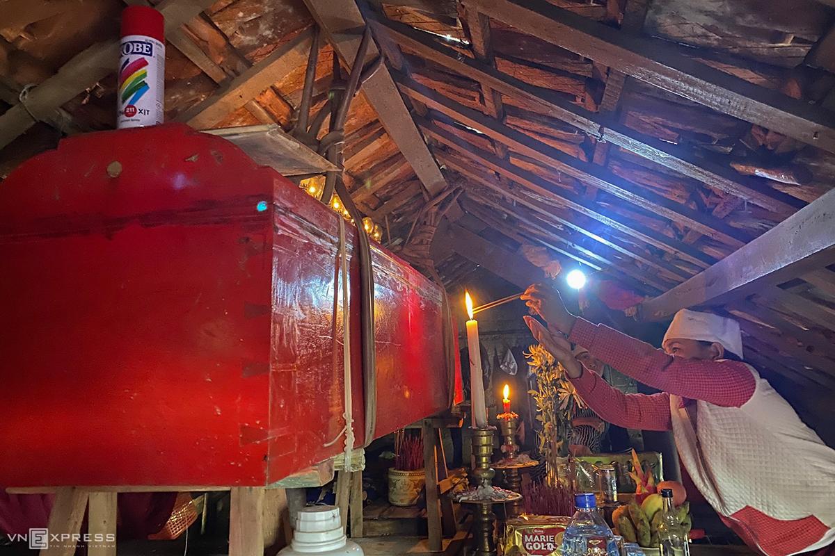 Quan tài của cụ bà Nguyễn Thị Linh (mẹ chồng chị Trang) được các con treo lên sát trần nhà để tránh lũ. Ảnh: Hữu Khoa
