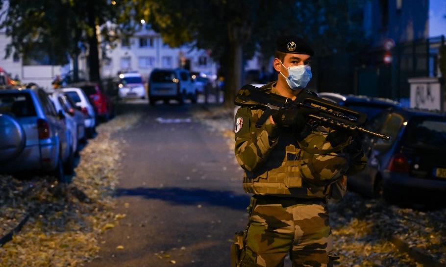 Lính Pháp gần hiện trường vụ nổ súng tại Lyon chiều 31/10. Ảnh: AFP.
