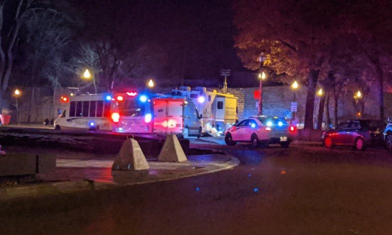 Cảnh sát và cứu thương có mặt ở hiện trường sau vụ đâm dao sáng 1/11. Ảnh: Twitter/KellyGreig.