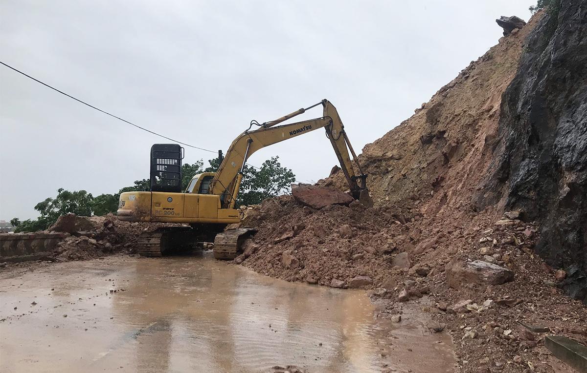 Điểm sạt lở tại núi Nguộc khiến quốc lộ 46 bị tê liệt 4 ngày nay. Ảnh: Nguyễn Hải