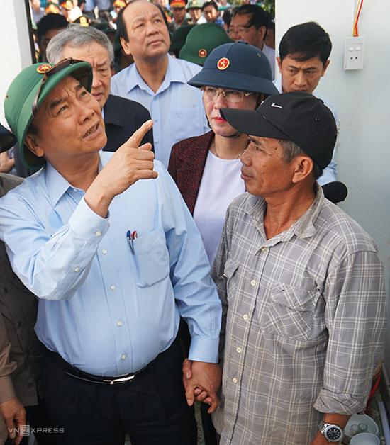 Thủ tướng Nguyễn Xuân Phúc thăm nhà ông Trần Văn Đô, ở Tư Nghĩa, Quảng Ngãi, sáng 1/11. Ảnh: Phạm Linh.