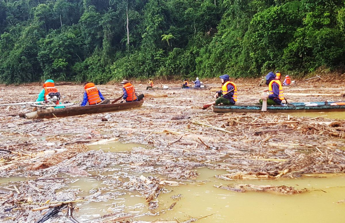 Bộ đội chèo nghe thuyền tìm kiếm người mất tích trên hồ thủy điện Sông Tranh 2. Ảnh: Thọ Hoàng.