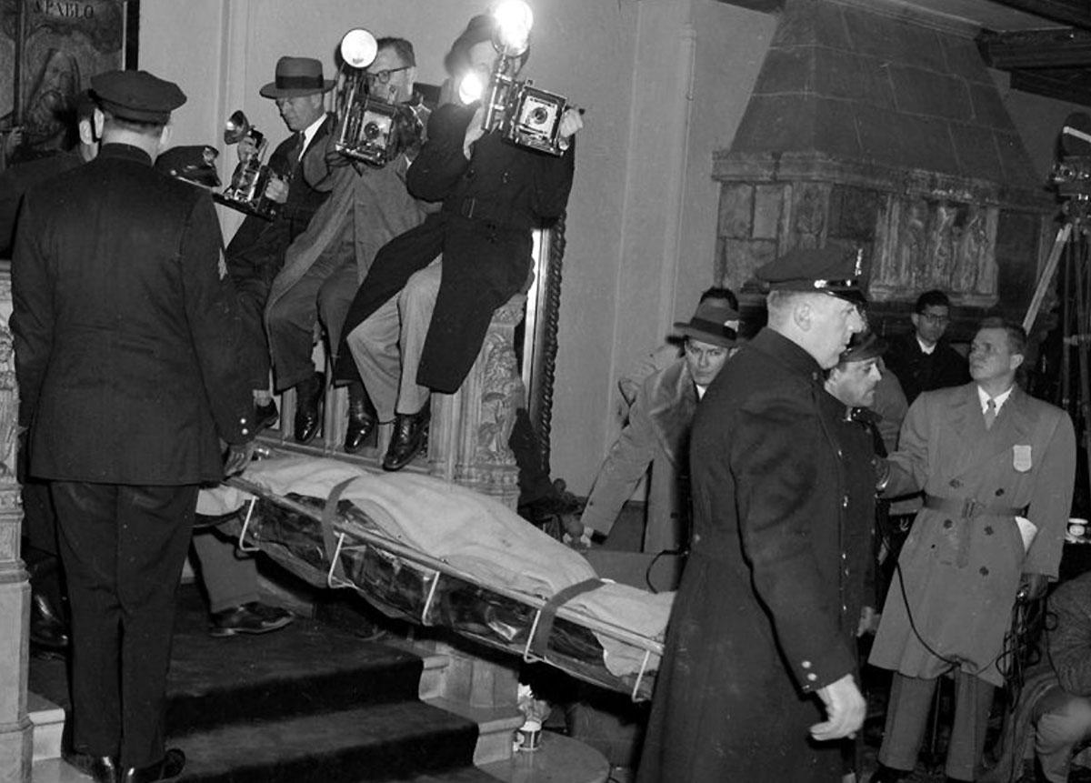 Thi thể Serge Rubinstein được mang khỏi biệt thự. Ảnh: New York Daily News.