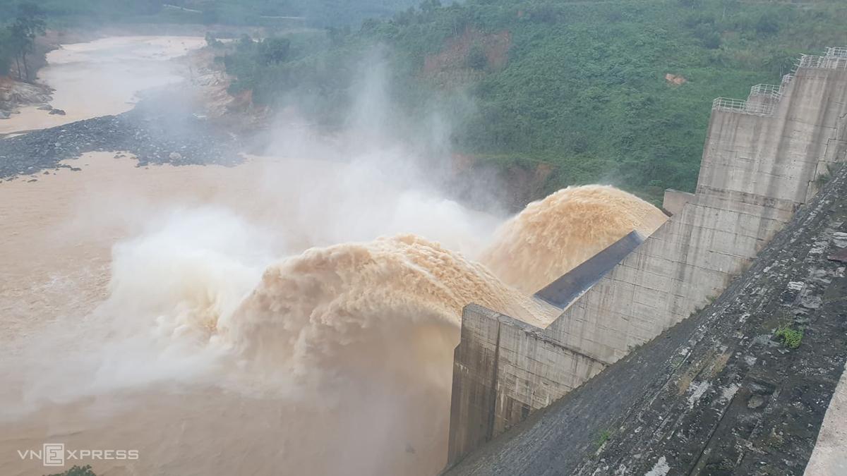 Thủy điện Đăk Mi 4 vận hành xả qua tràn lưu lượng 106 m3/s, lúc 17h ngày 2/11. Ảnh: Đắc Thành