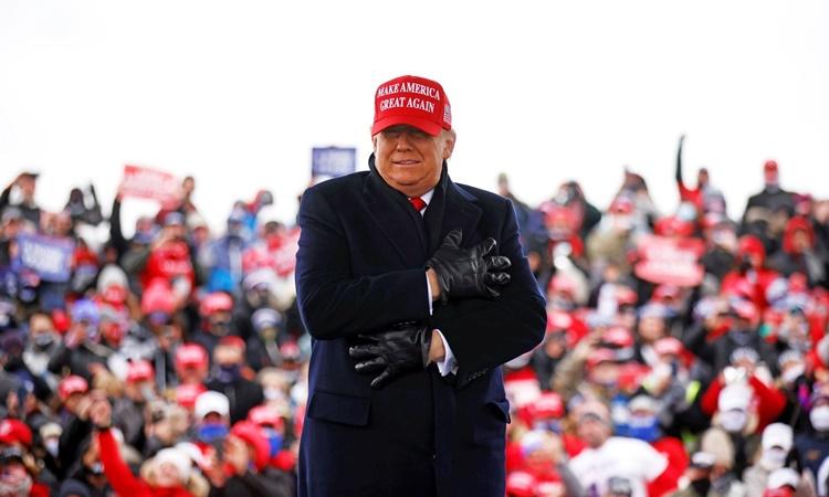 Tổng thống Donald Trump tại sự kiện vận động tranh cử ở Washington Township, Michigan, ngày 1/11. Ảnh: Reuters.