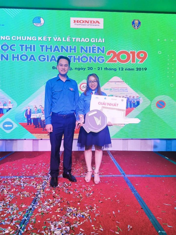 Nguyễn Hà Xuyên nhận giải thưởng cuộc thi Thanh niên với văn hóa giao thông 2019. Ảnh: Hà Xuyên.