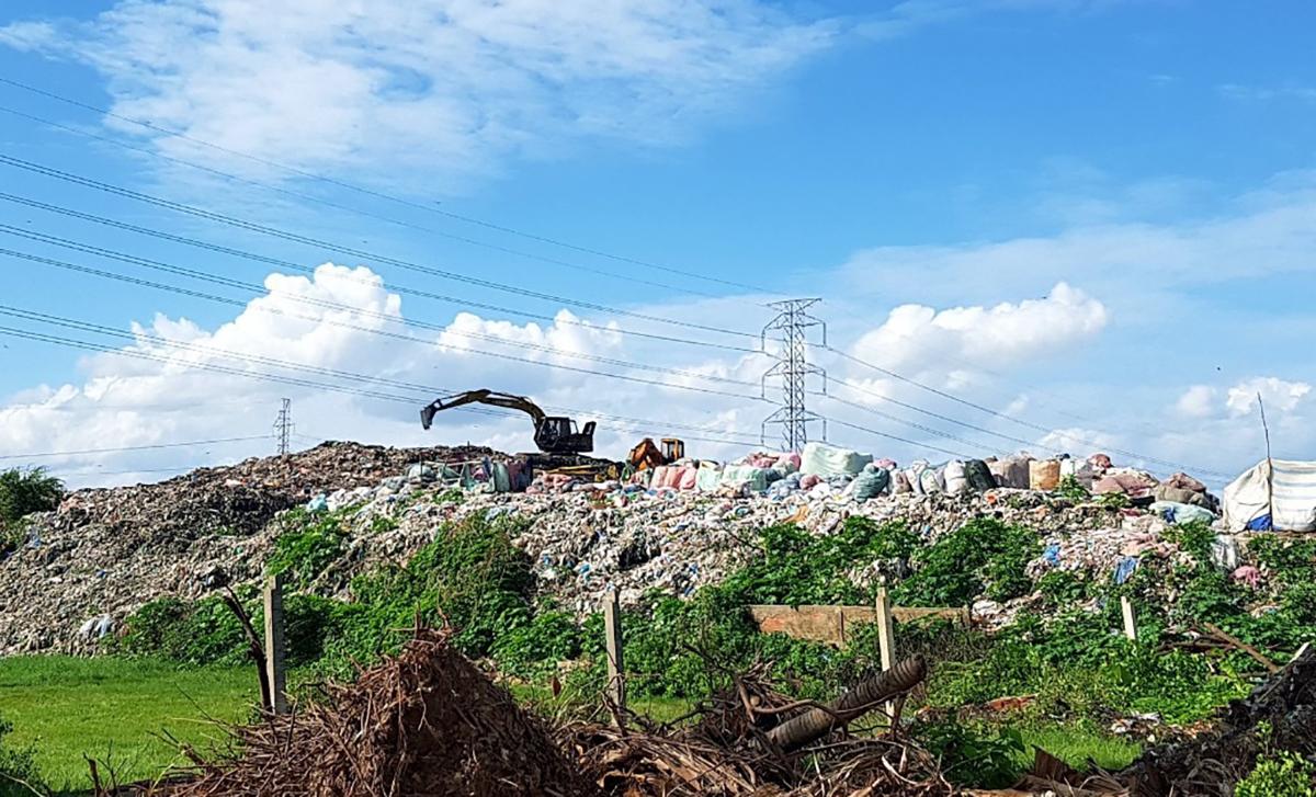 Bãi rác TP Trà Vinh tồn đọng nhiều năm qua. Ảnh: Cửu Long