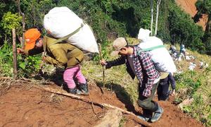 500 người cõng hàng vượt núi cứu trợ dân