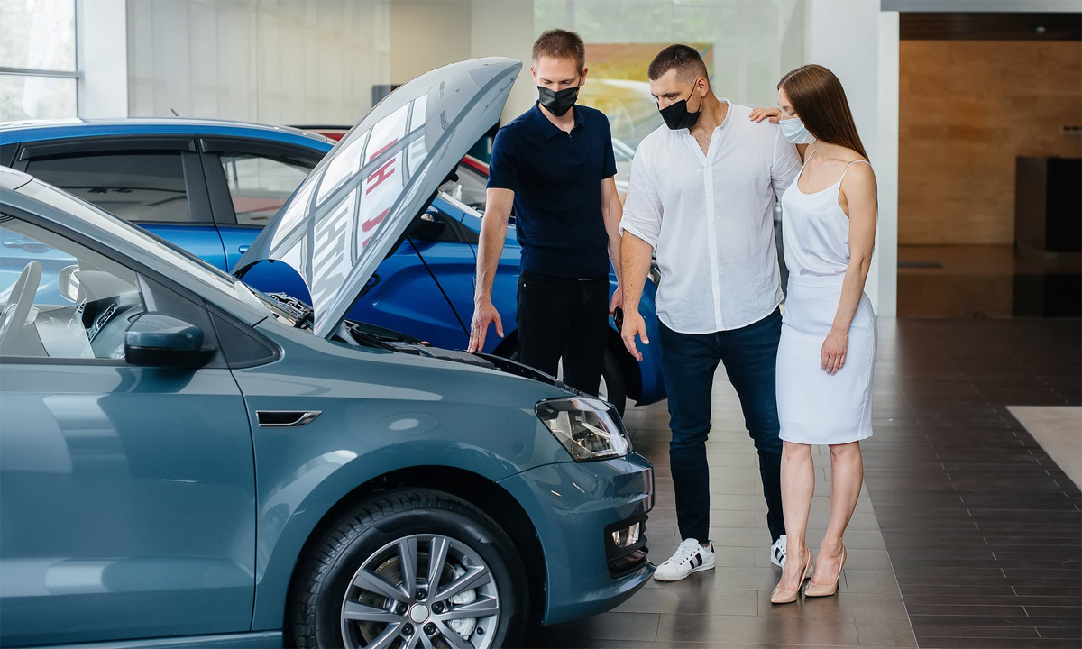 Khách hàng đeo khẩu trang khi tới một đại lý ôtô ở Anh, khi các showroom mở lại cửa hồi tháng 6 sau gần hai tháng phong tỏa. Ảnh: Shutterstock