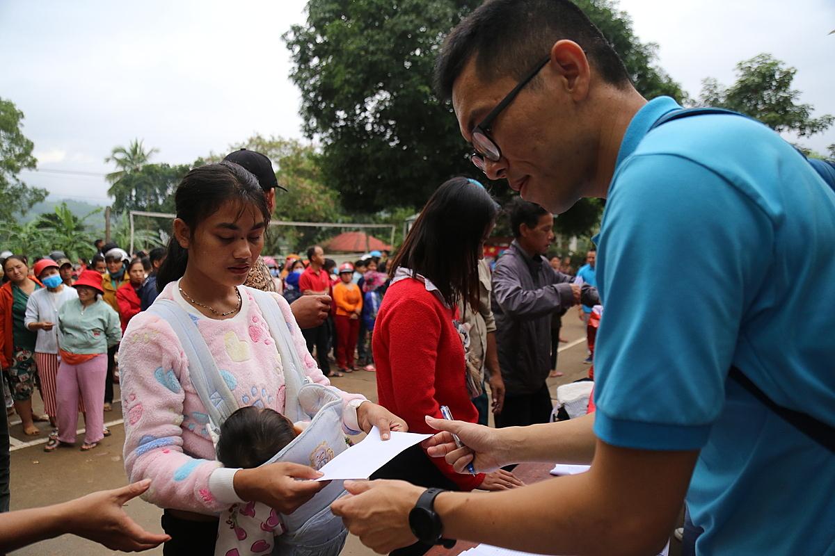 700 phần quà của độc giả VnExpress được trao đến tay đồng bào dân tộc thiểu số ở Quảng Trị trong ngày 2/11. (Hoàng Táo)