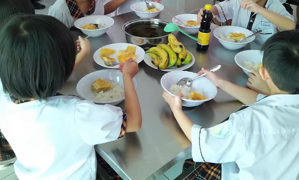 Bữa ăn trưa gồm trứng và canh ở trường Tiểu học Trần Thị Bưởi, được phụ huynh chụp trong quá trình giám sát bữa ăn bán trú.