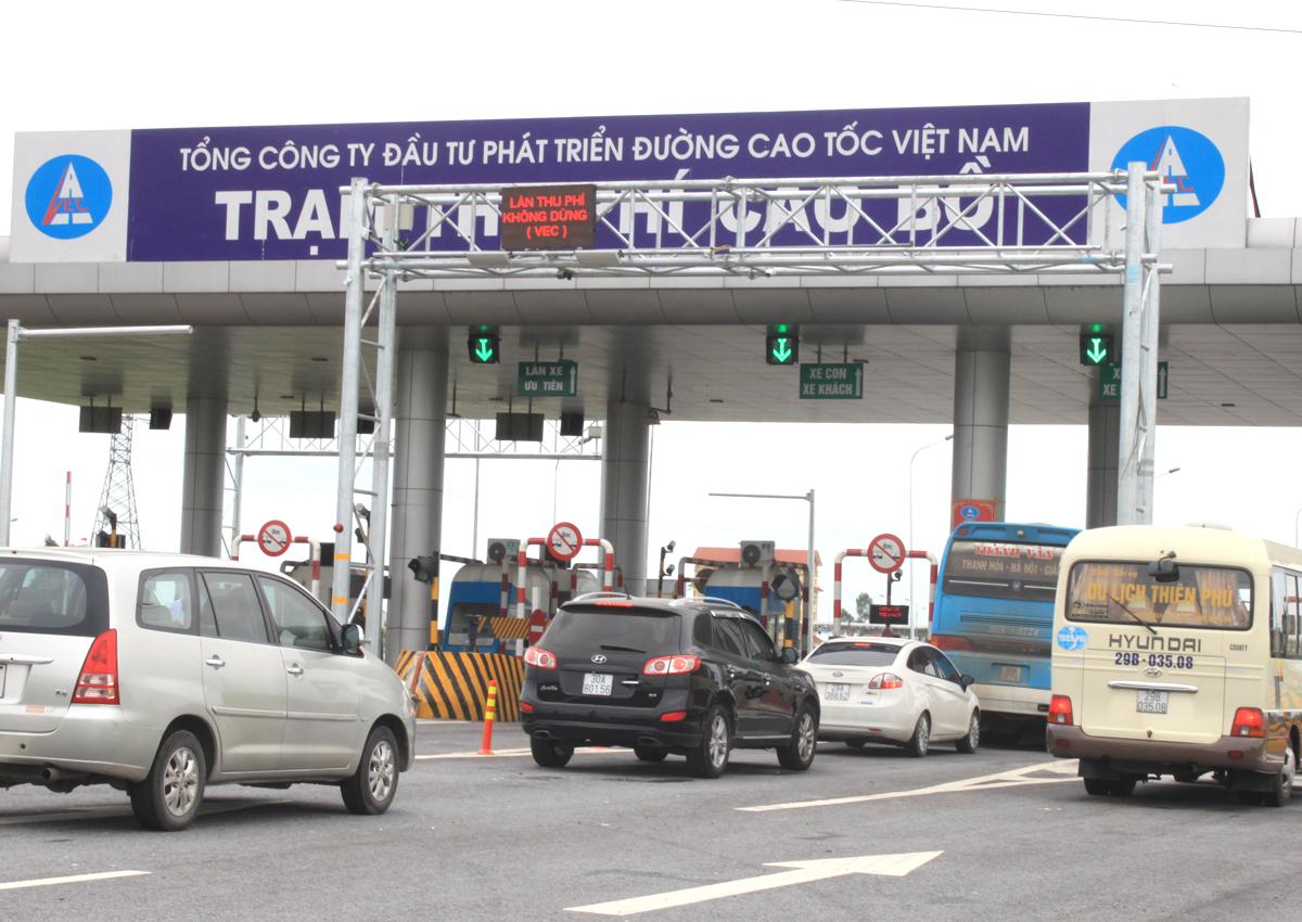 Thu phí trên cao tốc Cầu Giẽ - Ninh Bình. Ảnh: Anh Duy.