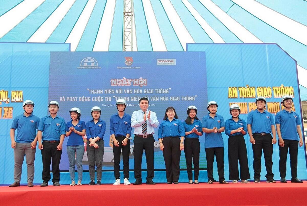 Đại diện Honda Việt Nam tặng mũ bảo hiểm cho thanh niên, sinh viên tại lễ phát động cuộc thi năm 2020. Ảnh: Honda.