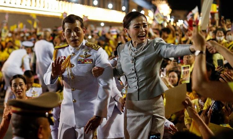 Quốc vương Thái Lan Maha Vajiralongkorn và Hoàng hậu Suthida vẫy chào người ủng hộ tại Cung điện Hoàng gia ở Bangkok, ngày 1/11. Ảnh: Reuters.