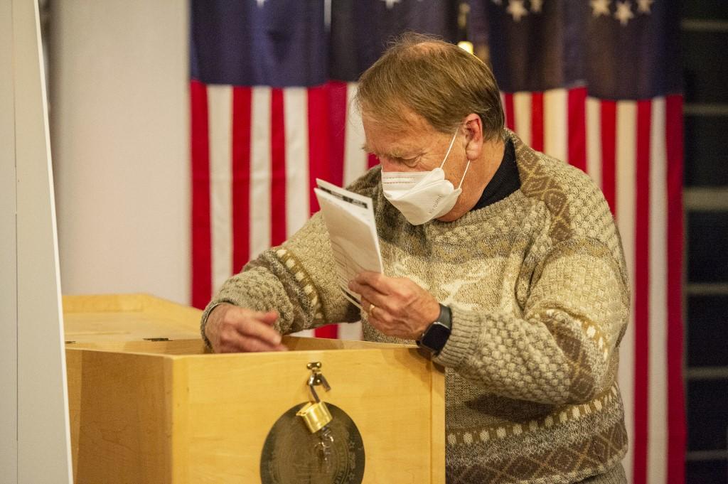 Quan chức địa phương lấy phiếu bầu ra kiểm tại Dixville Notch, New Hampshire, một trong những điểm bỏ phiếu đầu tiên ngày 3/11.
