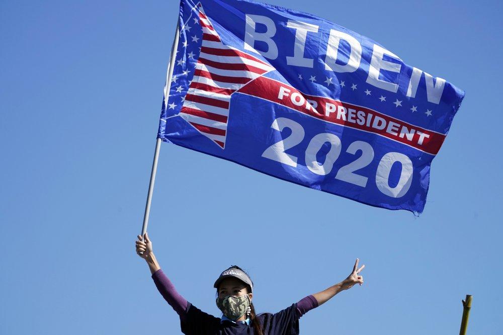 Người ủng hộ vẫy cờ tại cuộc vận động tranh cử của Joe Biden ở Turner Field, Atlanta hôm 2/11. Ảnh: AP.